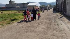 El sacerdote Adrián Huerta camina entre las barriadas miserables de Xochimilco