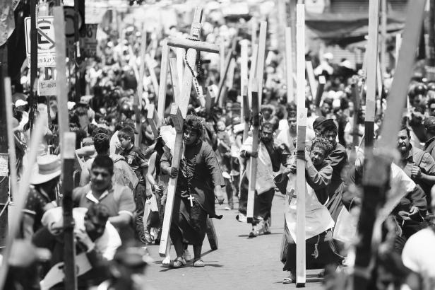 60325141. México, 25 Mar. 2016 (Notimex-Isaías Hernández).- Nazarenos y sus pesadas cruces recorren las principales calles de Iztapalapa durante la 173 Representación de la Pasión, la Muerte y la Resurrección de Cristo en Iztapalapa 2016. NOTIMEX/FOTO/ ISAÍAS HERNÁNDEZ/IHH/REL/